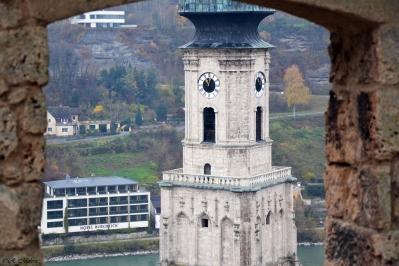 Blick durch einen Torbogen der Burg zu Burghausen auf den Kirchturm in der Altstadt